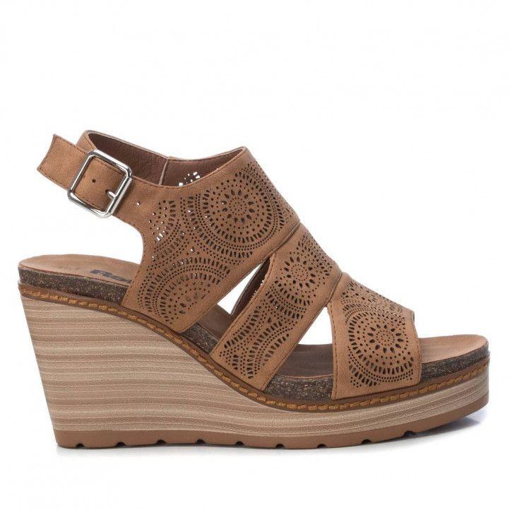 Sandàlies falca Refresh marrons amb tres tires i detalls de petits forats - Querol online