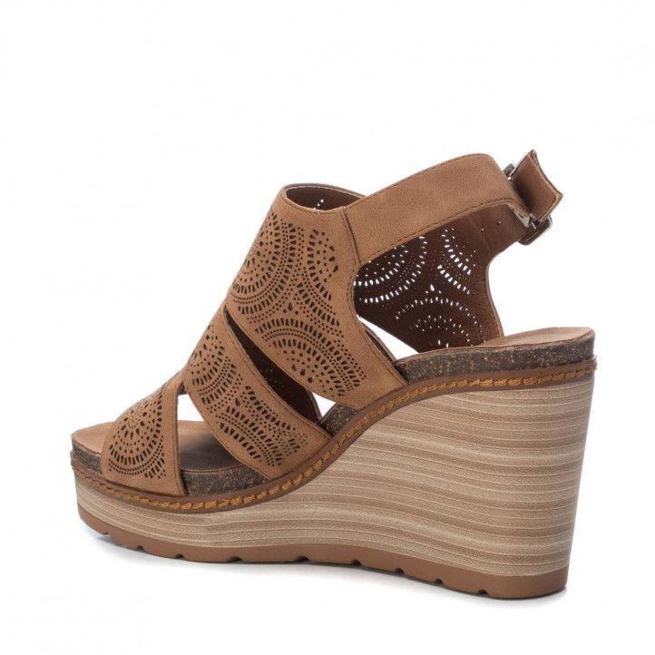 Sandalias cuña Refresh marrones con tres tiras y detalles de pequeños agujeros - Querol online